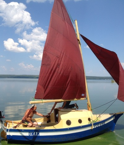 лодка с каютой и парусом
